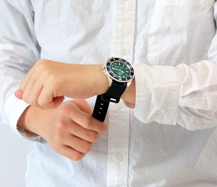 腕時計を着けている