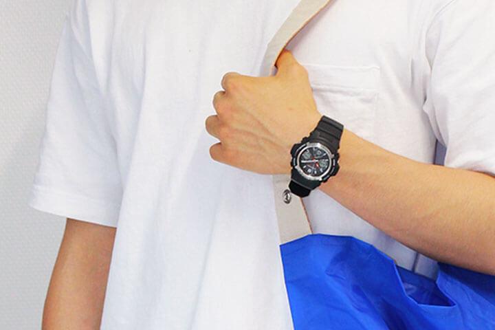 AWG-M100-1A ブラック(黒)×シルバー(銀) 白Tシャツ 男性 着用