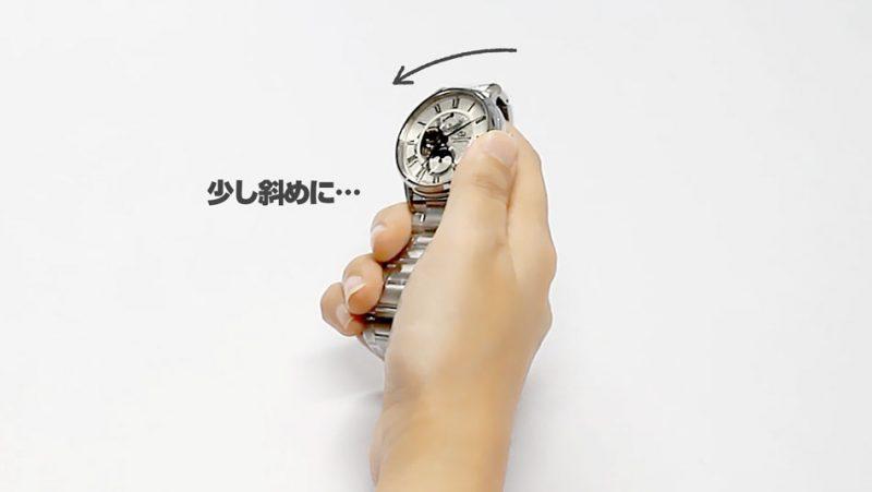 若干傾けている腕時計の持ち方